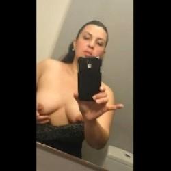 Carmen Madura se pajea frente al espejo