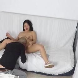 Bárbara se abre de piernas para que Kiki pueda comer bien a gusto su coñito.