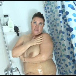 Ágata invites us to come with her and her ENORMOUS TITS TO THE SHOWER.