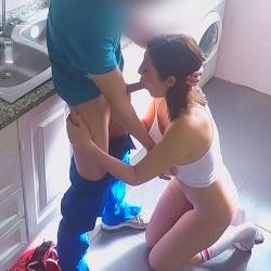 El fontanero, el del Wifi... técnico que viene a casa se va con un buen trabajillo. Me llamo Gisela, ¿os gustan mis tetas?
