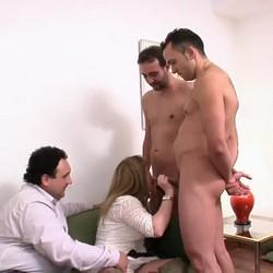José regala dos actores porno a su mujer por su aniversario y acaba disfrutando más que ella.