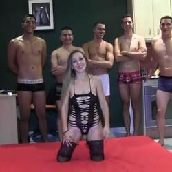 Betty Hot, la chica que hizo su PRIMER GANG BANG (con su novio incluido) en un casting porno con 6 hombretones.